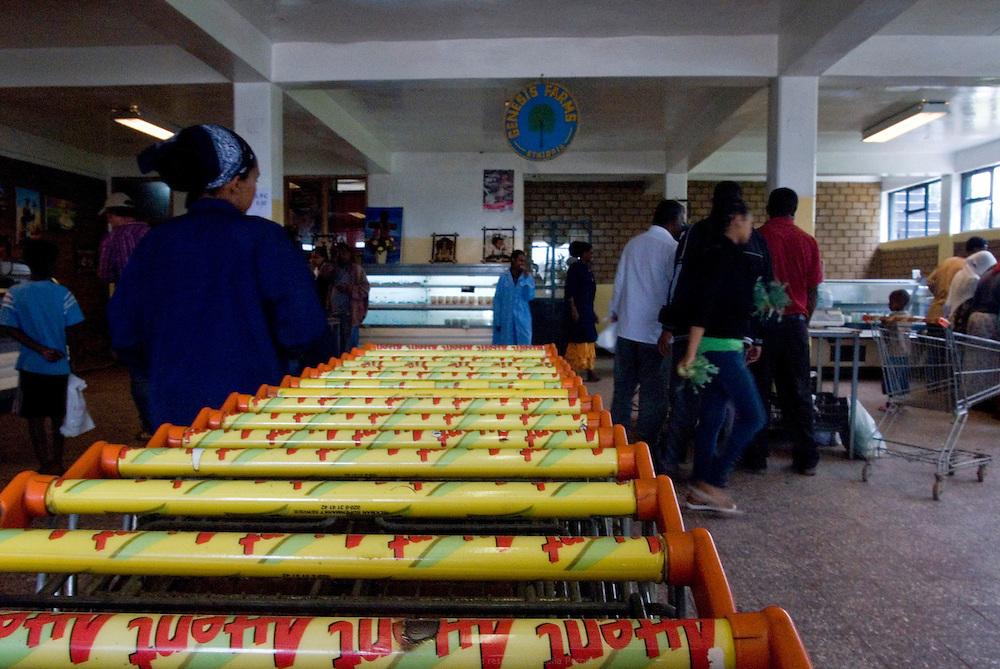Cela fait vingt ans que le Hollandais Gert Van Putten a installé sa ferme Genesis en bordure de Debre Zeit, à une heure d'Addis Abeba. Il a plus de 600 employés. Ses activités principales sont l'élevage de bétail et de poulet, la production d'oeufs, d'aubergines, de salades, onions, alfalfa, etc. Van Putten possède un super marché et a aidé des centaines d'Ethiopiens à se lancer dans l'élevage de poulets. Debre Zeit août 2011.