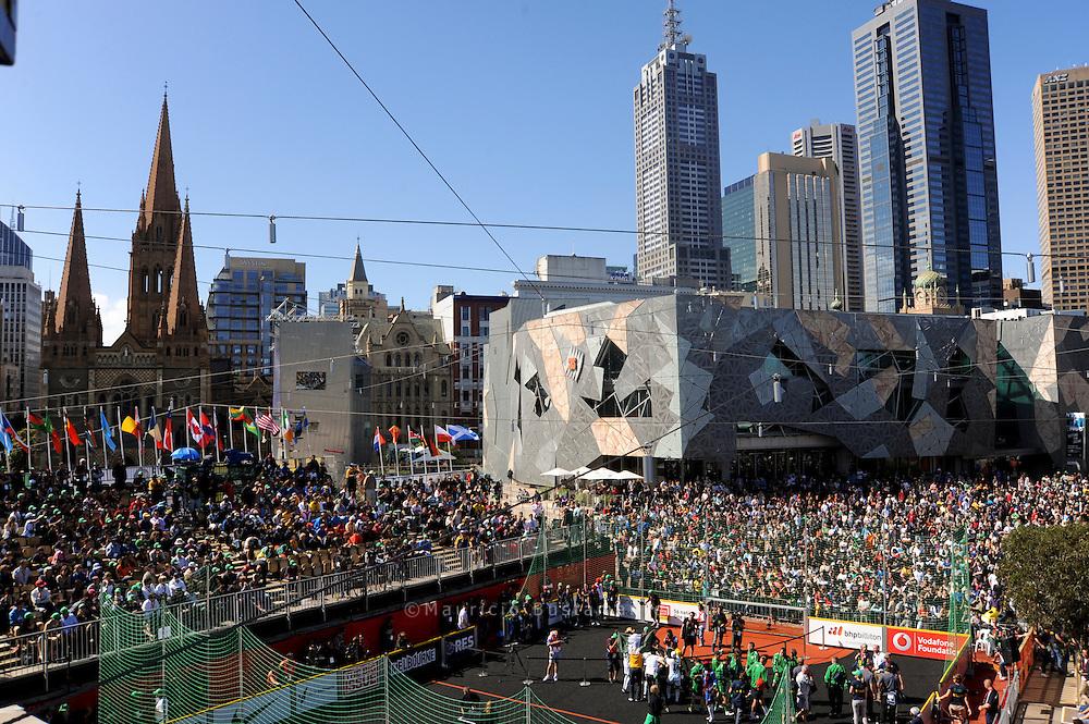 Zu den mehr als 400.Spielen bei der Fußball-.WM der Obdachlosen.in Melbourne kamen bis.zu 2000 Zuschauer, zum.Finale sogar 5000 Fans..Afghanistan gewann.das Turnier schließlich,.Team Germany machte.den zwölften Platz.