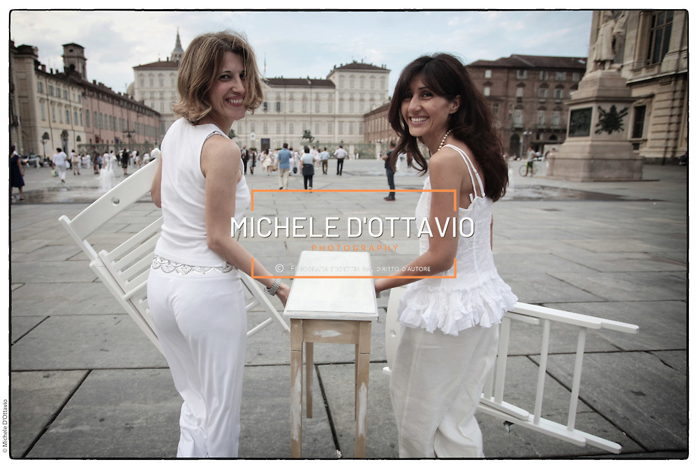 Primo flash mob Cena in bianco Torino 2012  in piazza Castello. Migliaia di persone  tutti vestiti rigorosamente di bianco, pietanze, tavoli e sedie portate da casa. Il luogo e l'ora dell'appuntamento sono stati comunicati solo pochi minuti prima con un messaggio o una mail