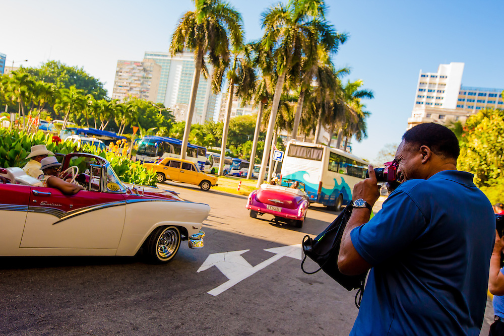 David WInfield takes pictures of vintage cars as MLB players make a goodwill trip to Havana, Cuba. (Photo by Chip Litherland/The Players' Tribune)