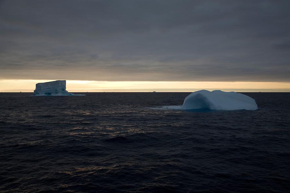 Febr. 12 2007. Southern Ocean. Icebergs float across the Ross Sea.