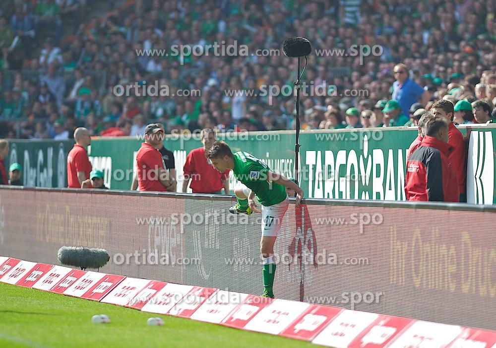 04.05.2013, Weserstadion, Bremen, GER, 1. FBL, SV Werder Bremen vs TSG 1899 Hoffenheim, 32. Runde, im Bild Aleksandar Ignjovski (Bremen #17) klettert umber die Bande zurueck auf den Platz, nachdem David Abraham (TSG 1899 Hoffenheim #12) ihn darueber gestossen hatte // during the German Bundesliga 32nd round match between the clubs SV Werder Bremen vs TSG 1899 Hoffenheim at the Weserstadion, Bremen, Germany on 2013/05/04. EXPA Pictures © 2013, PhotoCredit: EXPA/ Andreas Gumz ***** ATTENTION - OUT OF GER *****