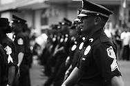 Grupo de policias mostrando nuevo uniforme, durante el desfile del dia de la bandera en Via España.