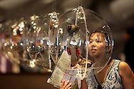 """Brasil comemora o centenário de imigração japonesa. Imigração japonesa completa cem anos exatos na próxima quarta-feira (18). Neste sábado (14), começou no Anhembi, na Zona Norte da capital paulista, a Semana Cultural Brasil-Japão. Esse será o evento oficial que comemora o Centenário e que reunirá artistas nacionais e internacionais. Serão nove dias de cultura e diversão gratuitas. Semana Cultural ainda contará com oficina de origami, danças folclóricas, campeonatos de karaokê e até descendentes dançando tango cantado em japonês. Visitante observa uma das bonecas da exposição """"Esculturas de Tecido"""" que traz 50 obras inéditas do artista japonês.Yûki Atae. Atae retrata cenas do cotidiano de pessoas comuns de um antigo Japão..June 14, 2008 Sao Paulo, Brazil.  AFP PHOTO / Daniel GUIMARÃES"""