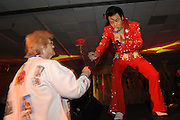USA Nordamerika Memphis Tennessee Images of the King Contest ..About 70 international Elvis inpersonators perform 5 nights at the annual Images of the King Contest in Memphis Tennessee the audience is mostly female..Elvis Wettbewerb 2006 jedes Jahr im August singen ca  70 internationale Elvis Interpreten 5 Tage lang in Memphis um die Wette Das Publikum besteht vorwiegend aus Frauen .