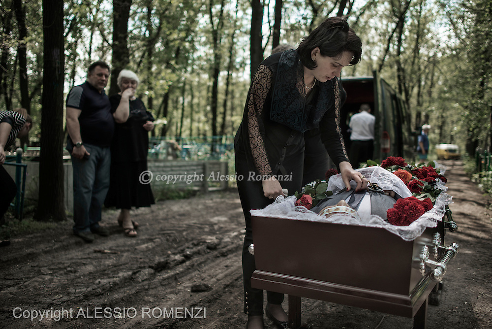 Ukraine, Donetsk: Mark Zverev's wife is seen as she mourns over the body of her husband on May 29, 2014.<br /> Zverev was a taxi driver who has been killed during clashes between pro-Russia supporters and Ukrainian army at Donetsk airport. ALESSIO ROMENZI