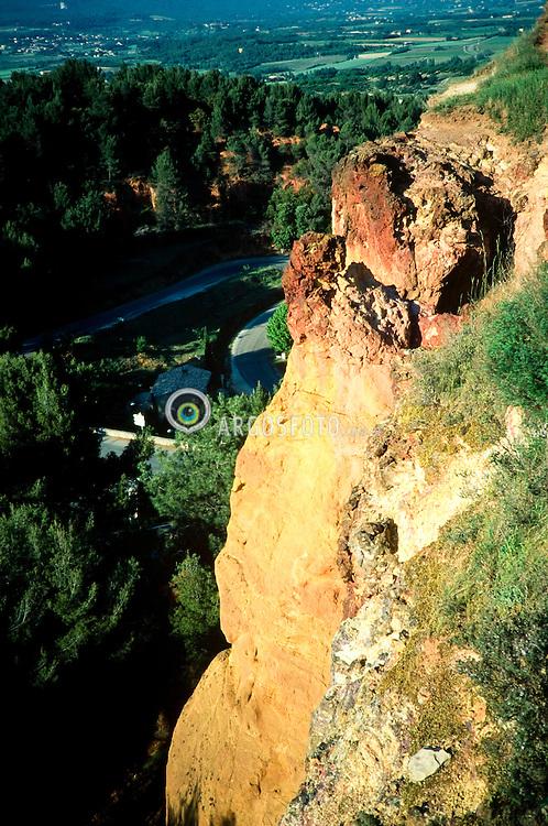Provence is a region of southeastern France on the Mediterranean Sea adjacent to Italy./A Provenca situa-se no sudeste da Franca e estende-se desde a margem esquerda do Rodano ate a margem direita do Var, onde limita com o antigo condado de Nice, na margem esquerda do rio. Eh banhada pelo Mediterraneo