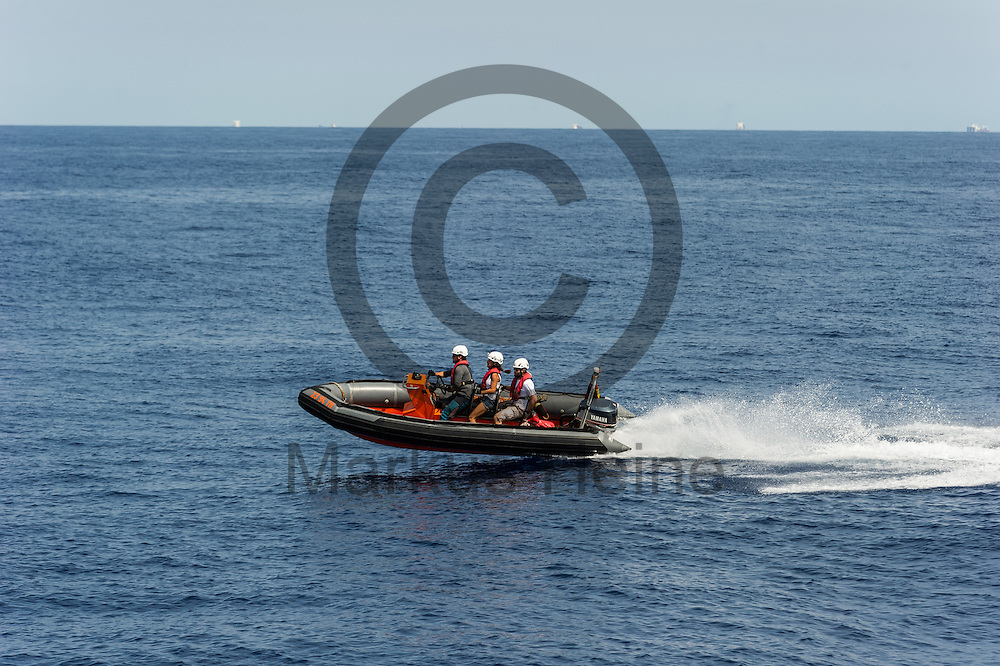 Ein Rib (Schlauchboot) Crew des Fluechtlingsrettungsboot Sea-Watch 2 trainiert am 18.09.2016 vor Malta das fahren mit dem Boot. Foto: Markus Heine / heineimaging<br /> <br /> ------------------------------<br /> <br /> Veroeffentlichung nur mit Fotografennennung, sowie gegen Honorar und Belegexemplar.<br /> <br /> Publication only with photographers nomination and against payment and specimen copy.<br /> <br /> Bankverbindung:<br /> IBAN: DE65660908000004437497<br /> BIC CODE: GENODE61BBB<br /> Badische Beamten Bank Karlsruhe<br /> <br /> USt-IdNr: DE291853306<br /> <br /> Please note:<br /> All rights reserved! Don't publish without copyright!<br /> <br /> Stand: 09.2016<br /> <br /> ------------------------------