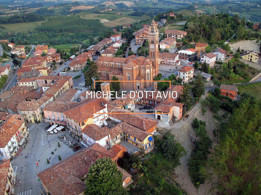 Italy, Piedmont, Langhe, near Alba, wine village Monforte...... reportage aereo realizzato con un pallone aerostatico frenato