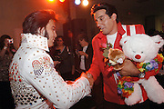 USA Nordamerika Memphis Tennessee Images of the King Contest ..About 70 international Elvis inpersonators perform 5 nights at the annual Images of the King Contest in Memphis Tennessee the audience is mostly female Kjell Bjornestad (Norway) who made 2nd place congratulates Gino Monopoli (Canada) for his 3rd place..Elvis Wettbewerb 2006 jedes Jahr im August singen ca  70 internationale Elvis Interpreten 5 Tage lang in Memphis um die Wette Das Publikum besteht vorwiegend aus Frauen der 2. plazierte Norweger Kjell Bjornestad (links) grautuliert Gino Monopoli aus Kanada zum 3.Platz.