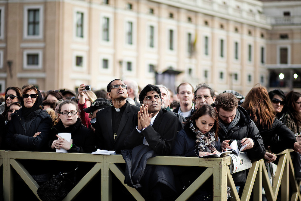 ROMA. FEDELI IN PREGHIERA A PIAZZA SAN PIETRO NEL GIORNO DELLA MESSA INAUGURALE DEL NUOVO PONTEFICE PAPA FRANCESCO;..ROME. FAITHFUL IN PRAYER TO ST PETER'S SQUARE ON THE DAY OF MASS OPENING OF THE NEW POPE FRANCESCO;
