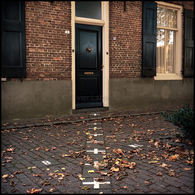Le 21 octobre 2011, village de Baarle-Nassau/Baarle-Hertog, frontière Pays-Bas / Belgique. Vue de la frontière entre la Belgique et les Pays-Bas matérialisée par des croix au sol et coupant le village de Baarle en deux, Baarle-Nassau (NL) et Baarle-Hertog (B). Ici, la frontière passe au milieu d'une maison.