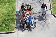 Fietsers zitten met een heel gezin achterop een fiets met laadplatform. In Nijmegen vindt voor de derde keer het International Cargo Bike Festival plaats. Het tweedaags evenement richt zich op het gebruik en de gebruikers van bakfietsen. Bakfietsen worden in heel Europa steeds vaker ingezet, zowel door particulieren als bedrijven. Het is een duurzame vorm van transport en biedt veel voordelen.<br /> <br /> In Nijmegen for the third time the International Cargo Bike Festival is hold. The two-day event focuses on the use and users of cargobikes. Cargo bikes are increasingly being deployed across Europe, both individuals and businesses. It is a sustainable form of transport and offers many advantages.
