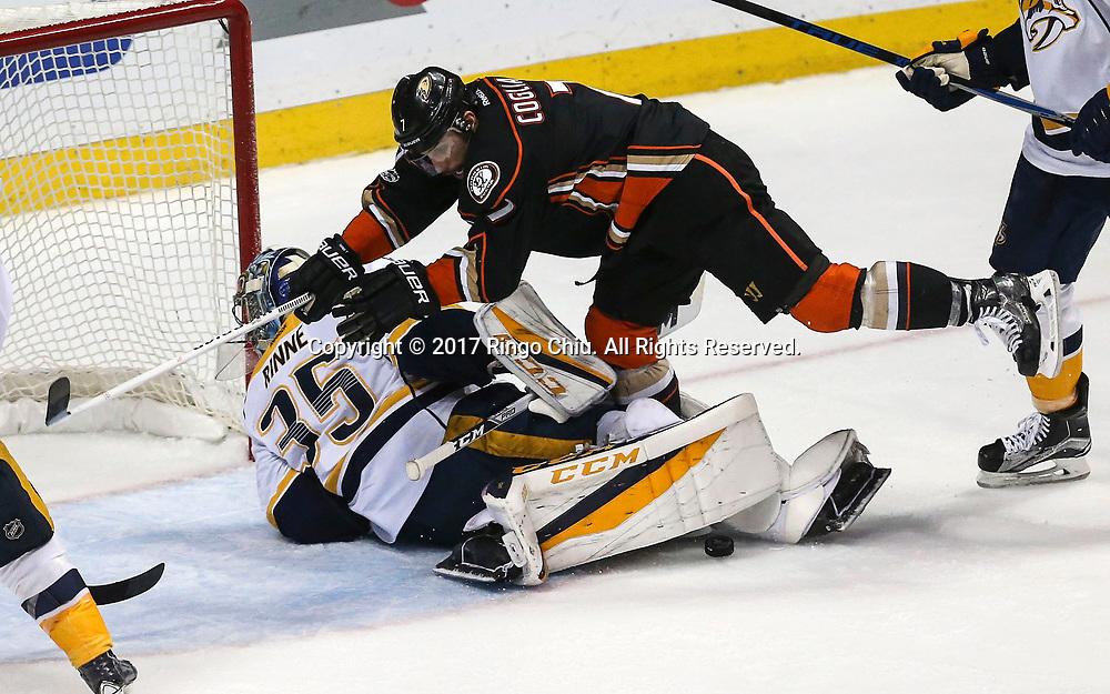 5月12日,纳什维尔捕食者队守门员Pekka Rinne (下) 在比赛中扑救。当日,在美国加利福尼亚州的阿纳海姆举行的2016-2017赛季國家冰球聯盟(NHL)季后赛西部决赛,阿纳海姆鸭队 (Anaheim Ducks) 主场以3比2不敌纳什维尔捕食者队(Nashville Predators)。新华社发 (赵汉荣摄)
