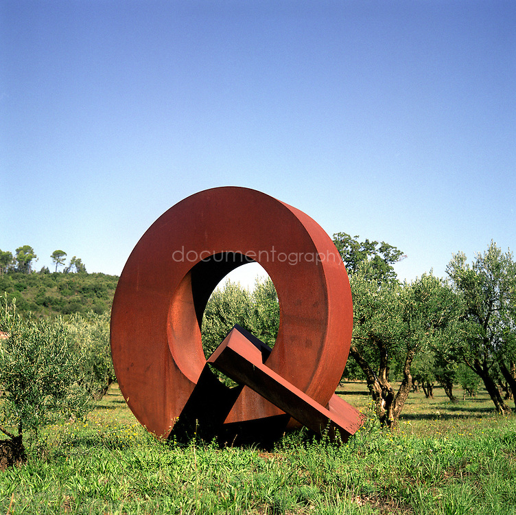Sculpture sur fond d'oliveraie au Chateau Sainte Roseline