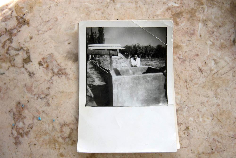 Dans les années 1910, la ferme du grand-père de Khaled produisait tellement de céréales que les saisonniers avaient leur propre maison sur ses terres. Aujourd'hui le petit-fils de la famille se débat avec l'administration israélienne pour moderniser l'accès en eau de la ferme. Auja, Territoires Palestiniens occupés / West Bank, mai 2011