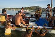 Niños disfrutando en la Bahía de Juan Griego. 2005. (Ramón Lepage / Orinoquiaphoto)  Children playing in Juan Griego's Bay. 2005. (Ramon Lepage / Orinoquiaphoto)