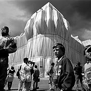 Berlin 1995 - ART - KUNST - WRAPPED REICHSTAG .von Christo und Jean Claude; German Parliament, Reichstagsgeb&auml;ude; Tourists; Touristen,Neugierige und Kleink&uuml;nstler;Berlin  24.06.95<br /> &copy;  christian  JUNGEBLODT
