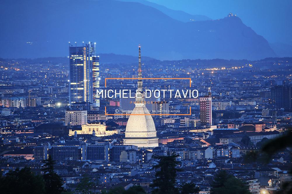 Torino 2016: Mole Antonelliana e Grattacielo Intesa Sanpaolo illuminati al calar della sera