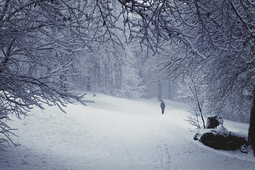 Spaziergänger iauf Weg bei Schneefall, Wuppertal, Deutschland