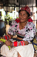 Mujer cocinando dentro una choza. La  isla de Ustupu, perteneciente a la comarca indígena  Guna Yala,  forma parte del archipiélago de 365 islas a lo largo de la costa caribe noreste de Panamá..En Ustupu se genero la  Revolución Guna  en 1925, en la que los indígenas Gunas se defendieron ante las autoridades panameñas, que obligaban a los indígenas a occidentalizar su cultura a la fuerza. los Gunas con el aval del gobierno panameño, crearon un territorio autónomo llamado comarca indígena de Guna Yala, para garantizar la seguridad de la población y cultura Guna..(Ramón Lepage).