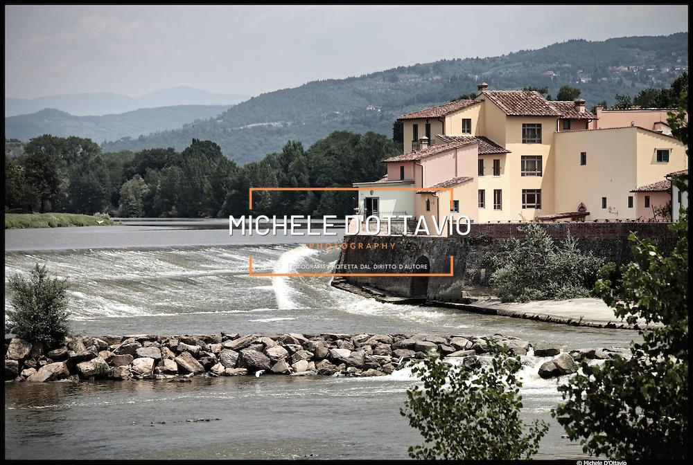 Il fiume Arno nel tratto cittadino di Firenze di Villamagna Rovezzano....Fotografie aeree a bassa quota di diverse parti della città realizzate da un pallone aerostatico che ha sorvolato sul cielo di Firenze con appesa una macchina fotografica.
