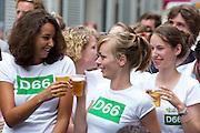 Supporters van D'66 brengen toosten met bier. In Utrecht vindt tijdens de introductiedagen het eerste lijsttrekkersdebat plaats voor de Tweede Kamerverkiezingen. Diederik Samsom (PvdA), Alexander Pechtold (D'66), Arie Slob (ChristenUnie), Jolande Sap (GroenLinks) en Sybrand Buma (CDA) discussieerden vooral over de zaken die studenten aangaan. Pechtold en Samsom wonnen samen het debat.<br /> <br /> Supporters of D'66 are cheering with beer. At the introduction days for the Utrecht University freshmen, political leaders are debating for the first time to start the campaign for the elections of the Dutch parliament. Diederik Samsom (PvdA), Alexander Pechtold (D'66), Arie Slob (ChristenUnie), Jolande Sap (GroenLinks) and Sybrand van Haersma Buma (CDA) are debating mainly on issues concerning education. Samsom and Pechtold won this debate equally.