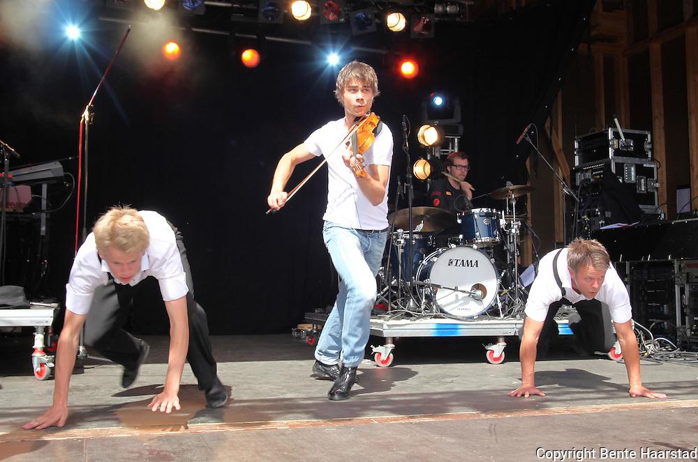 Grand Prix-vinner Alexander Rybak var trekkplaster og den joviale kjendisen leverte en super konsert sammen med danserne i Frikar. Tydalsfestivalen. Foto: Bente Haarstad