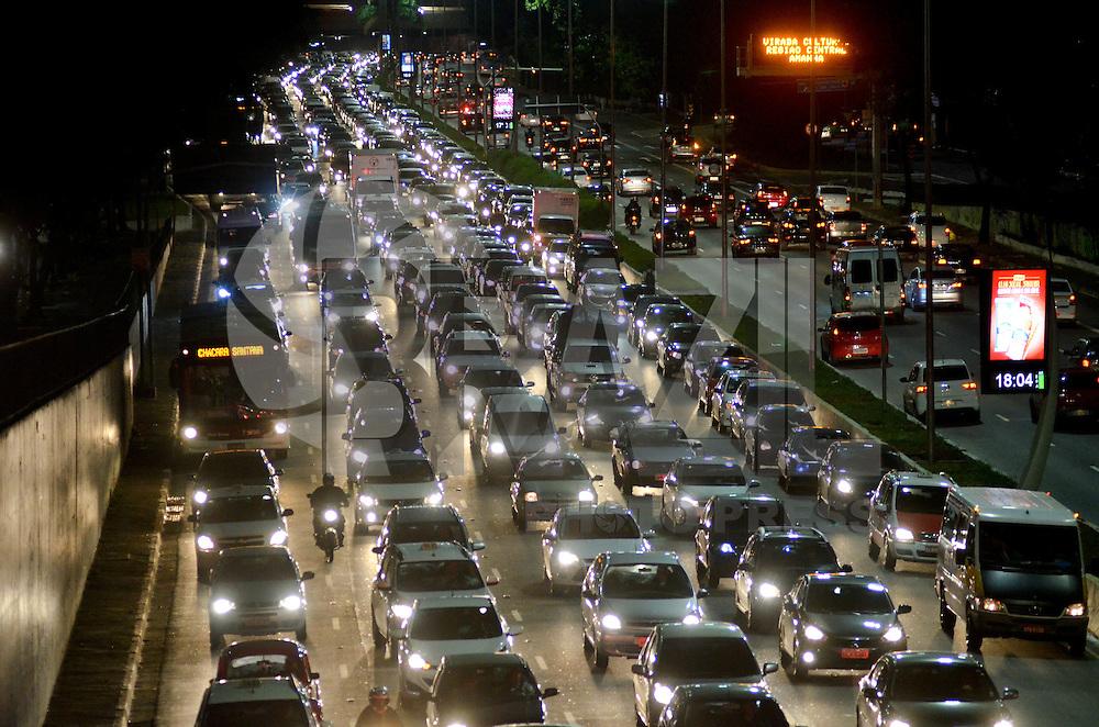 SÃO PAULO, SP, 19.06.2015 – TRÂNSITO-SP: Trânsito na Av. 23 de Maio, próximo ao Parque do Ibirapuera, zona sul de São Paulo na tarde desta sexta feira. (Foto: Levi Bianco/Brazil Photo Press)