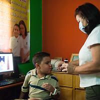 Manuel Alejandro Romero toma parte de sus medicinas gracias a la atención de su madre, Jaqueline Romero (d). Gracias a FundaHigado, en junio de 2012, Manuel Alejandro recibió un trasplante de higado que le permite disfrutar de la vida. Maracaibo, Venezuela 20 y 21 Oct. 2012. (Foto/ivan gonzalez)
