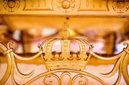 DEN HAAG - Een fotoserie over de Koninklijke stallen in Den Haag met de Gouden koets waar ze zich klaar maken voor prinjesdag 3e dinsdag in september . Een medewerker van de Koninklijke stallen is bezig met de gouden koets aan het klaar maken voor prinjesdag.  COPYRIGHT ROBIN UTRECHT