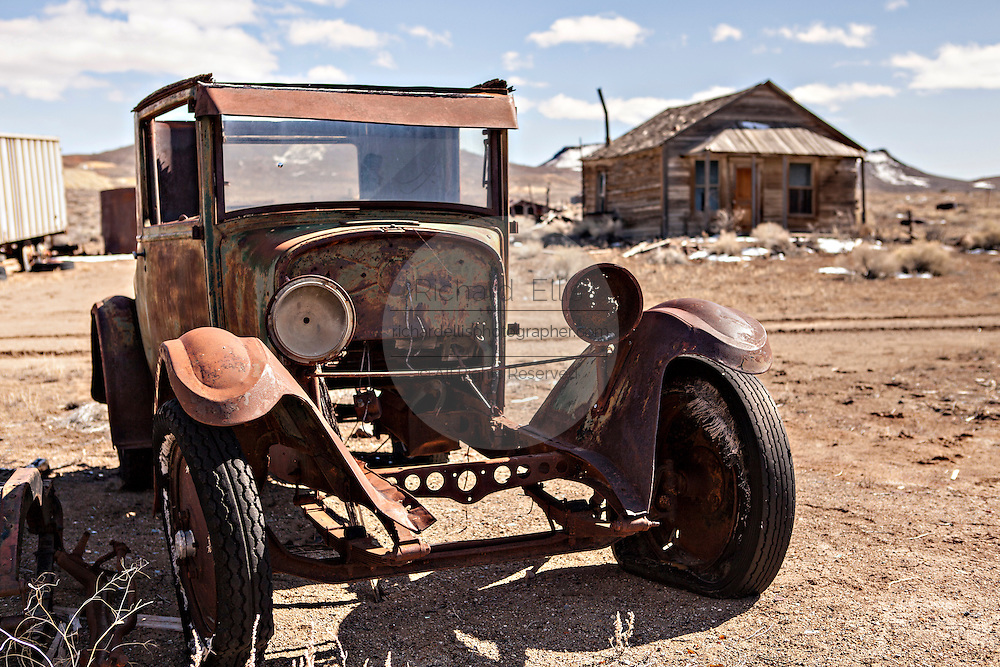 Old rusty cars and abandoned buildings in former gold mining boomtown turned ghost town Goldfield, Nevada, USA