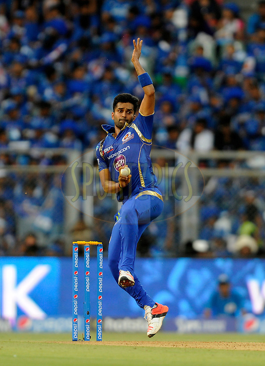 Vinay Kumar of Mumbai Indians bowls during match 23 of the Pepsi IPL 2015 (Indian Premier League) between The Mumbai Indians and The Sunrisers Hyferabad held at the Wankhede Stadium in Mumbai India on the 25th April 2015.<br /> <br /> Photo by:  Pal Pillai / SPORTZPICS / IPL