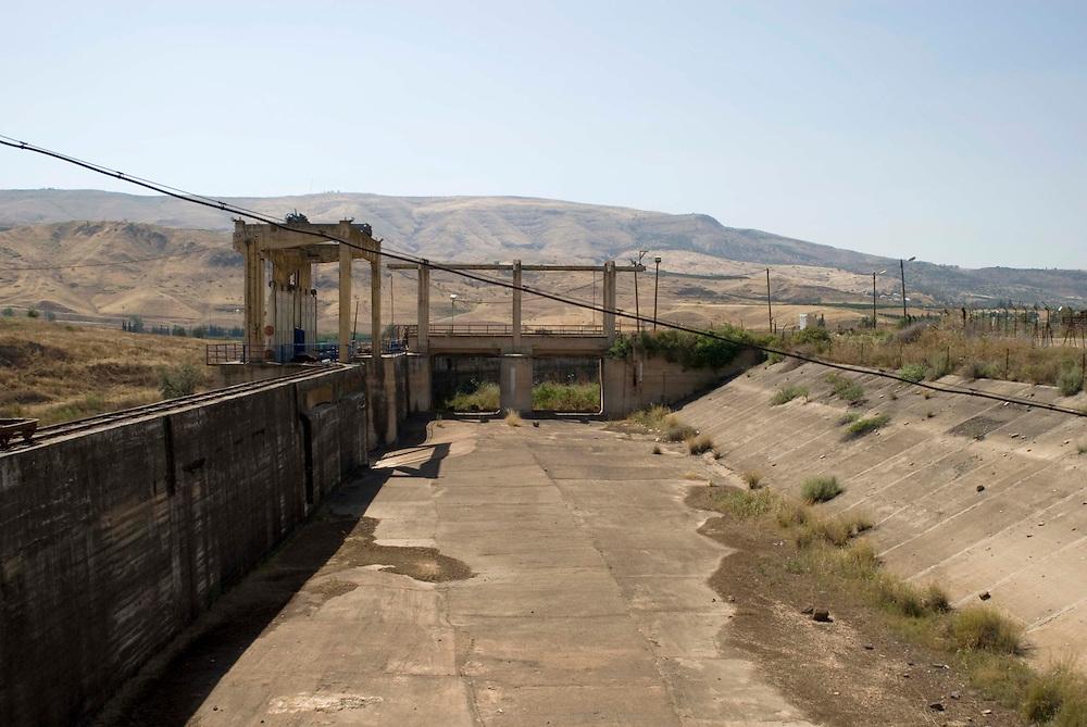 Sur l'île de la paix ou Naharayim, au point de convergence du Jourdain et de la rivière Yarmouk. La première usine hydro-électrique d'Israël a été installée ici dans les années 30 grâce à la coopération entre l'ingénieur juif Pinhas Rotenberg et le Roi King Abdullah premier de Jordanie. L'usine a produit de électricité distribuée des deux côtés de la frontière jusqu'au dÈbut de la guerre d'indépendance en 1948. Ce morceau de terre a reçu le nom d'île de la paix à la signature du traité pour la paix de 1994 par Israël et la Jordanie à Naharayim. Il est sous souveraineté Jordanienne mais appartient au kibboutz Ashdot Yaakov, qui cultive cette terre et est impliqué dans le développement local.
