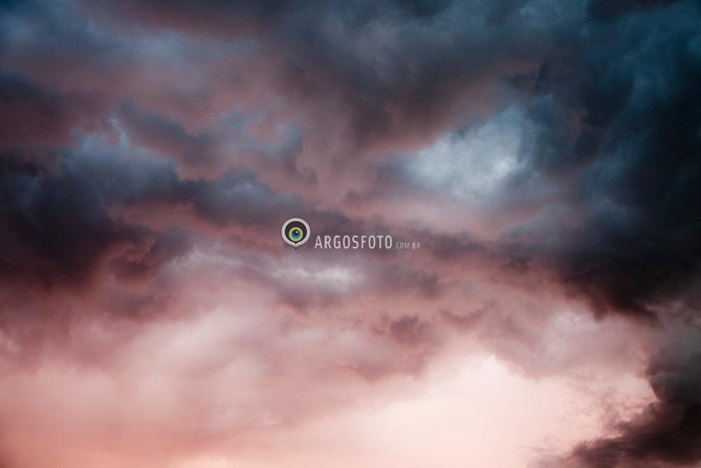 Ceu em Tres Passos-RS, no final da tarde, antes do temporal. Nuvens provavelmente do tipo Nimbostratus, que sao nuvens com aspecto amorfo, base difusa e baixa, muito espessa, escura ou cinzenta; produz precipitacao intermitente e mais ou menos intensa.. / Late-summer rainstorm in South Region of Brazil
