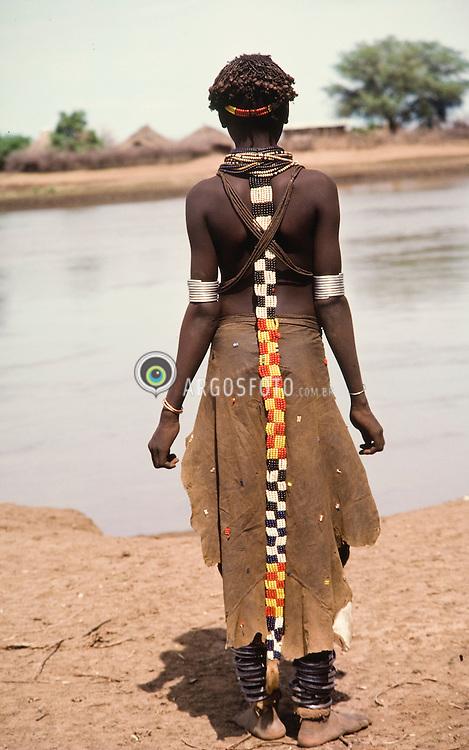 Integrante de uma tribo etiope. Tribos ao longo do Rio Omo na Etiopia, nordeste da Africa (Regiao chamada Chifre da Africa) / Ethiopian tribe member. Ethnic group from Ethiopia, along of the Omo River, northeast os Africa (region called Horn of Africa)