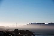 Tussen het Schiereiland van San Francisco en Marin County ten noorden van de metropool San Francisco ligt de Golden Gate Brug over de zeestraat Golden Gate, tussen de San Fransisco Bay en de Stille Oceaan. De brug is een van de zeven moderne wereldwonderen en is op 27 mei 1937 geopend. De tolbrug is een van de meest herkenbare symbolen van San Francisco en Californie.<br /> <br /> Between the San Francisco Peninsula and Marin County north of the metropolis of San Francisco's lays Golden Gate Bridge on the Golden Gate strait, between San Francisco Bay and the Pacific Ocean. Lies The bridge is one of the seven modern wonders of the world and was opened on May 27, 1937. The toll bridge is one of the most recognizable symbols of San Francisco and California