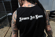 "Rescue Ink, Long Island, New York, taettowierte Motoradgang, Verein zur Rettung mishandelter Hunde und anderer Tierarten..""Batzo"" mit 'Abusers are Losers (Misshandelnde sind Verlierer) T-shirt.Rescue Ink, the animal rescue group that brings an in your face approach to the fight against animal abuse and neglect. The goups members are heavily tattooed and ride motorbikes. Their pitbull 'Rebel', who lives at their headquarters, was rescued from a dog fighting operation, where he was used as bait. He was near death when two members of Rescue Ink flew to Virginia to save him..Foto © Stefan Falke."