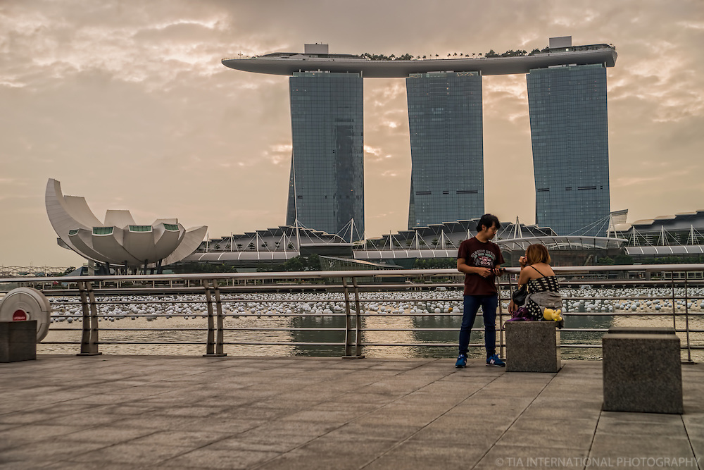 Couple @ Merlion Park with ArtScience Museum & Marina Bay Sands Resort in Background