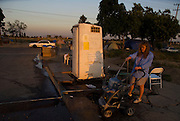 Camp Hope, eine Zeltstadt fuer Obdachlose in Ontario, Kalifornien.Die einzigste Dusche im Camp..Fotos © Stefan Falke..Camp Hope, a  tent city for the homeless in Ontario, California.Only one shower at the camp.