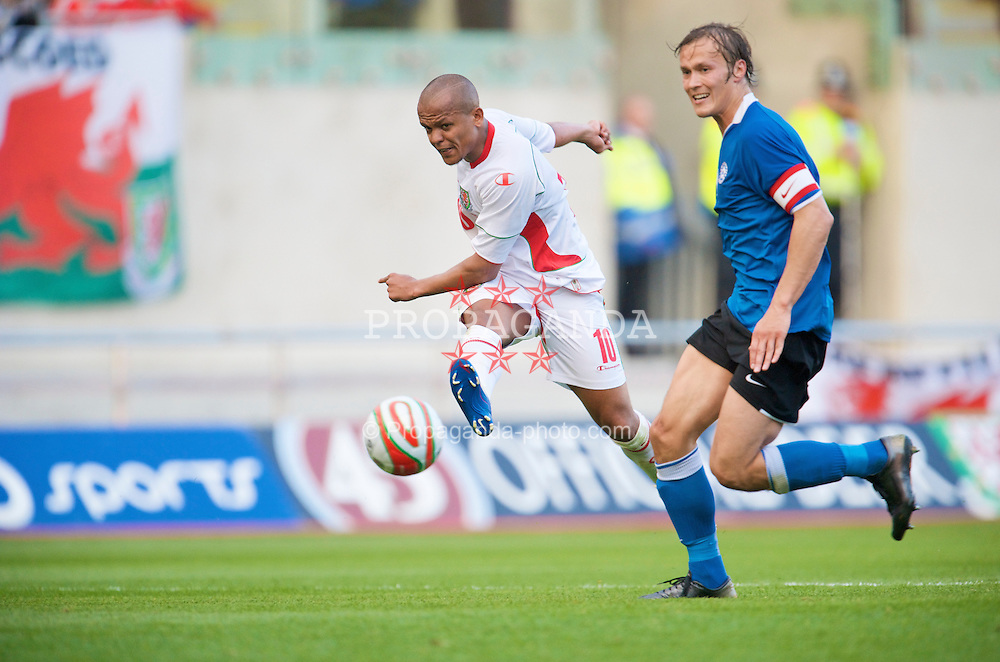 LLANELLI, WALES - Friday, May 29, 2009: Wales' Robert Earnshaw shoots under pressure from Estonia's captain Alo Barengrub during the International friendly match at Parc y Scarlets. (Pic by David Rawcliffe/Propaganda)