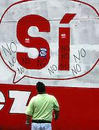 """Opositores al presidente venezolano, Hugo Chávez, durante el cierre de campaña por el """"NO"""" a la reforma constitucional hoy, 29 de noviembre de 2007, en Caracas. Más de 16 millones de venezolanos han sido convocados por el CNE a las urnas el próximo domingo 2 de diciembre para que se pronuncien sobre el proyecto de reforma impulsado por Chávez. (ivan gonzalez)"""