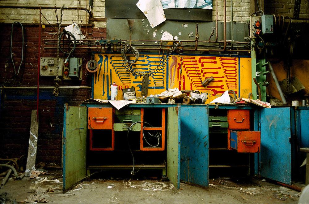 En 1919, Louis Renault devient propriétaire de l'île Seguin, située sur la Seine entre Boulogne-Billancourt et Sèvres. La première usine Renault y ouvre ses portes en 1934. Avec plus de 30 000 employés, elle devient vite un bastion du syndicalisme. Dans les années cinquante, la fabrication en série de la 4CV fera de l'usine Renault le symbole de la croissance et de la modernité de l'industrie française. La fermeture est annoncée en 1989 et, la dernière voiture, une super-cinq, sort en mars 1992. La démolition des bâtiments s'achève en mars 2005. En 2000-2001, une fascination pour ce lieu mythique m'a poussée à pénétrer sur l'île Seguin avec un appareil photo avant la disparition définitive de l'usine.