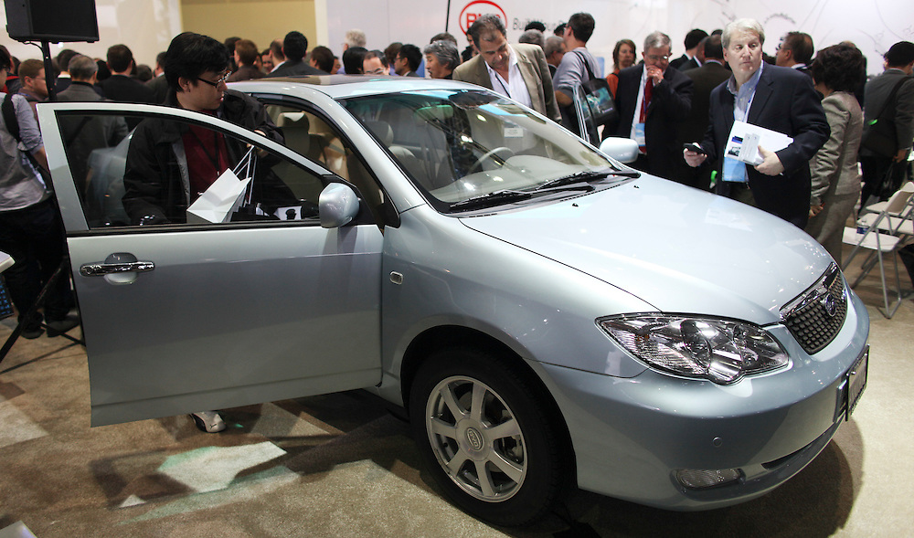 GR --- Detroit, Michigan ---11-01-10--- Journalists examine Chinese automaker BYD's F3BD at the company's display at the North American International Auto Show in Detroit, Michigan January 10, 2011.<br /> Geoff Robins AFP