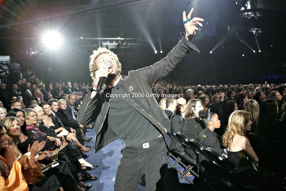 LOS ANGELES, CA - FEBRUARY 08:  Musician Chris Martin of the band Coldplay performs on stage during the 48th Annual Grammy Awards at the Staples Center on February 8, 2006 in Los Angeles, California.  (Photo by Frank Micelotta/Getty Images) *** Local Caption *** Chris Martin