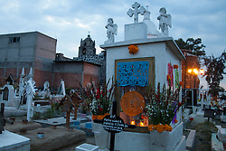 Homenagem aos mortos no cemiterio em  San Andres Mixquic no Mexico. Dia dos Mortos e uma celebracao de origem indigena, que honra os defuntos no dia 2 de novembro. Inicia no dia 1 de novembro e coincide com as tradicoes catolicas do Dia dos Fieis Defuntos e o Dia de Todos os Santos./   Homage to the dead in the cemetery in San Andres Mixquic, Mexico. Day of the Dead (Spanish: Día de los Muertos) is a Mexican holiday. The holiday focuses on gatherings of family and friends to pray for and remember friends and family members who have died. It is particularly celebrated in Mexico, where it attains the quality of a National Holiday. The celebration takes place on November 1st and 2nd, in connection with the Catholic holidays of All Saints' Day (November 1) and All Souls' Day (November 2).