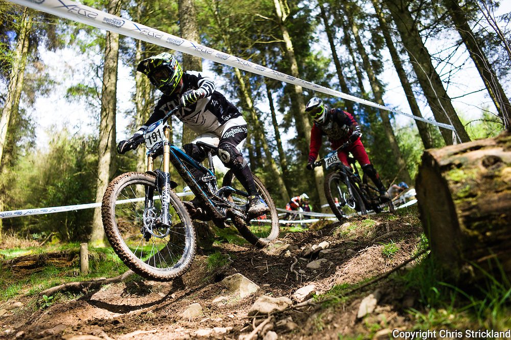 Ae Forest, Dumfries, Scotland, UK. 25th April 2015. Downhill Mountain Bikers Callum Wood (191) & Kyle Beatie take on the 7Stanes course at Ae during the Scottish Downhill Association racing.