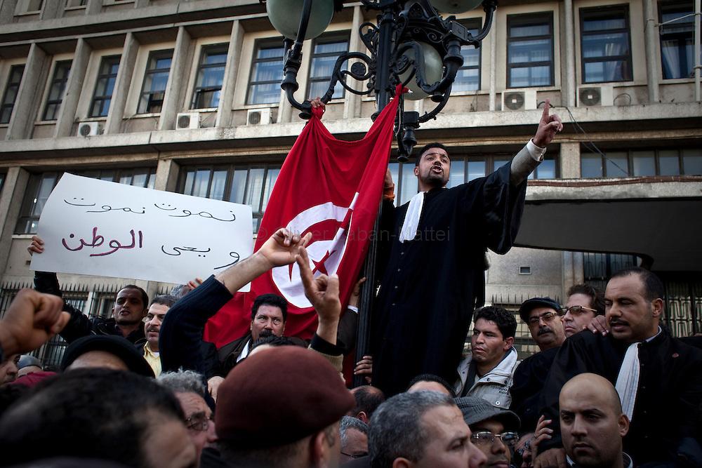 Des opposants au régime du président tunisien Ben Ali manifestent, le 14 janvier 2011, devant le bâtiment du ministère de l'Intérieur.
