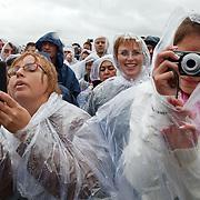 Nederland, Achlum, 28-05-2011 BILL CLINTON SPREEKT OP CONVENTIE VAN ACHLUM. Publiek luistert in de stromende regen.  Verzekeraar Achmea viert vandaag in het Friese dorpje haar 200 jarig bestaan.FOTO: Gerard Til / Hollandse Hoogte