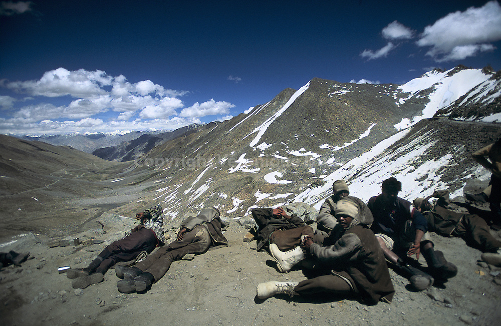 Repos. Travailleurs autours du Khardung La, sur la route la plus haute du monde, ? plus de 5600 m?tres d altitude. La route permet de relier Leh aux villages de la vallee de la Nubra, proche du Pakistan.  Taking some rest. Workers on the highest road of the road, more than 5600 meter high. The roads  links Leh to the villages of the Nubra Valley, close from Pakistan.